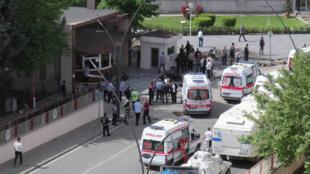 Des ambulances devant le commissariat de Gaziantep, en Turquie, visé par un attentat à la voiture piégée, le 1er mai 2016.