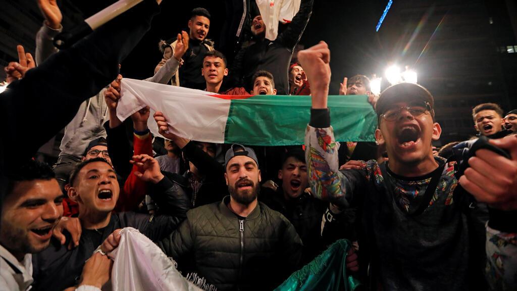 La gente celebra en las calles después de que el presidente Abdelaziz Bouteflika anunciara que no se postulará para un quinto mandato, en Argel, Argelia, 11 de marzo de 2019.