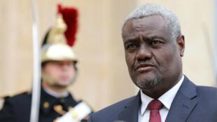Le président de la commission de l'Union africaine, Moussa Faki dans la cour de l'Élysée, à Paris, le 23 novembre 2017.
