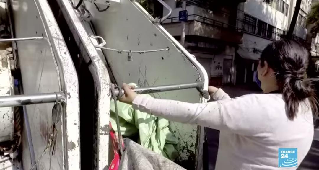Captura de pantalla de una imagen que muestra a Verónica Ramírez en el camión de basura.