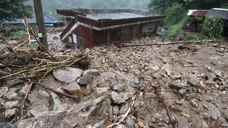 Una casa golpeada por un deslizamiento de tierra causado por fuertes lluvias en Namwon, Corea del Sur, el sábado 8 de agosto de 2020.
