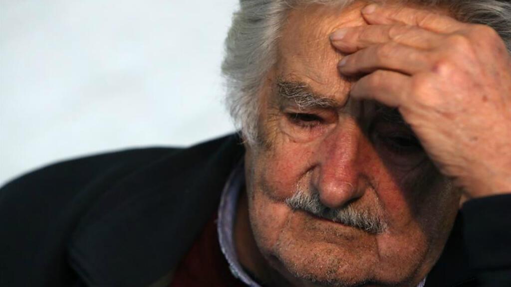 """El expresidente uruguayo José Mujica habla a la prensa este jueves en Montevideo (Uruguay). Mujica se refirió al anuncio de alias """"Iván Márquez"""" y otros jefes de las FARC de que vuelven a tomar las armas, el 29 de agosto de 2019."""