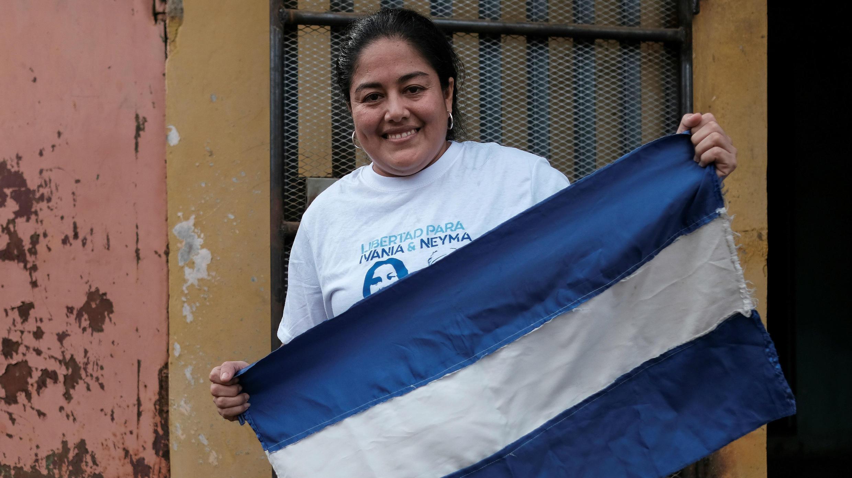 Ivania del Carmen Álvarez, de la Unidad Nacional Azul y Blanco, posa con una bandera de Nicaragua tras su liberación. Managua, 30 de diciembre de 2019.