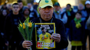 Un aficionado francés sostiene una revista con la imagen de Emiliano Sala, el 22 de enero de 2019 en Nantes, Francia.
