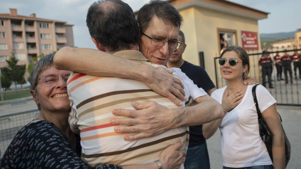 Le mathématicien turc Tuna Altinel embrassant son frère et sa soeur après sa libération de la prison de Kepsut (ouest de la Turquie), le 30 juillet 2019.