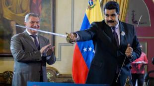 El presidente Nicolás Maduro sostiene una espada que le fue obsequiada por Igor Sechin, CEO de Rosneft, el 28 de julio de 2016 durante la firma de convenios energéticos.