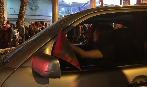 سيدة داخل سيارتها تشارك المناصرين فرحتهم بالتأهل لكأس العالم