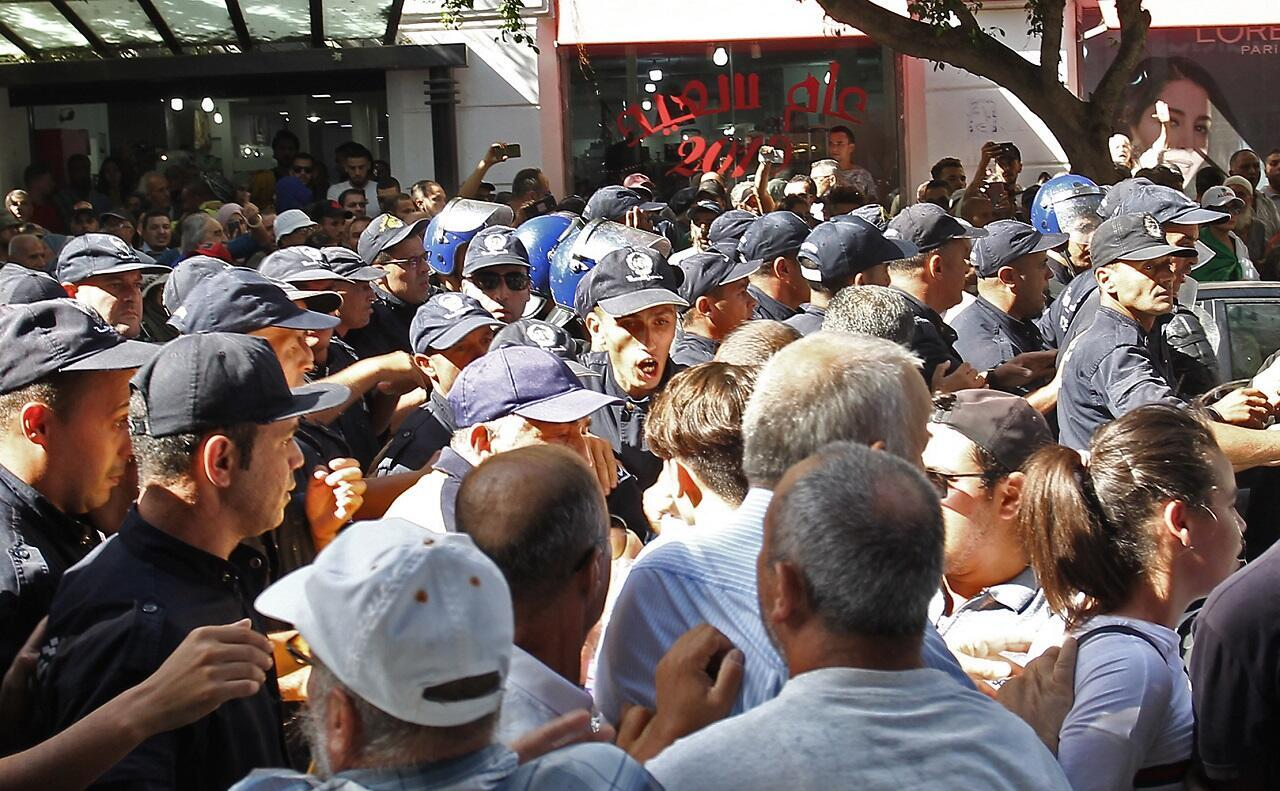الشرطة الجزائرية تمنع الطلاب من التظاهر. 8 أكتوبر/تشرين الأول 2019.