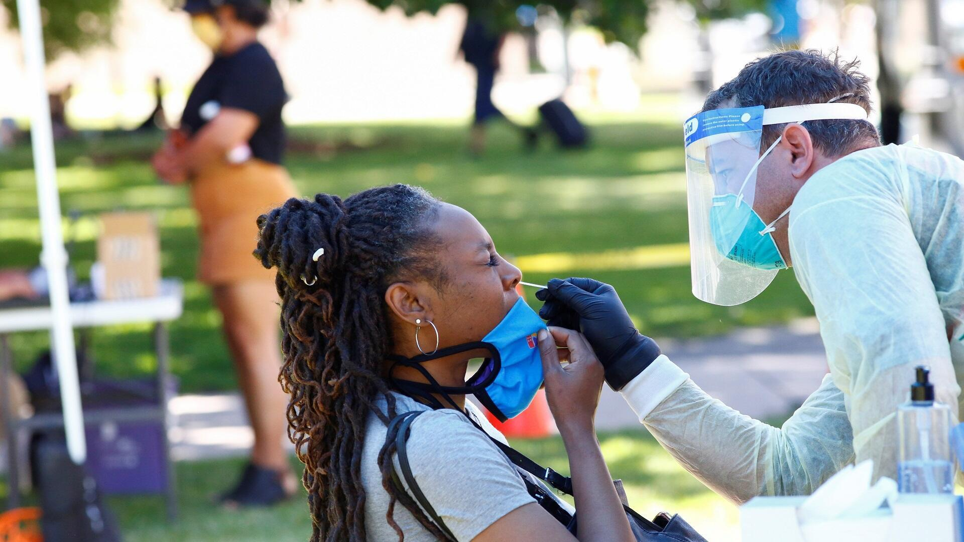 """سيدة تجري اختبارا لكشف الإصابة بفيروس كورونا خلال احتفالات """"جونتينث"""" وهي ذكرى إلغاء العبودية في ولاية تكساس الأمريكية، 20 يونيو/حزيران 2020."""