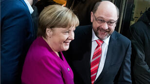 La chancelière allemande Angela Merkel et le leader du parti social-démocrate SPD Martin Schulz se serrent la main avant le début des négociations pour une coalition politique, le 7 janvier 2018.