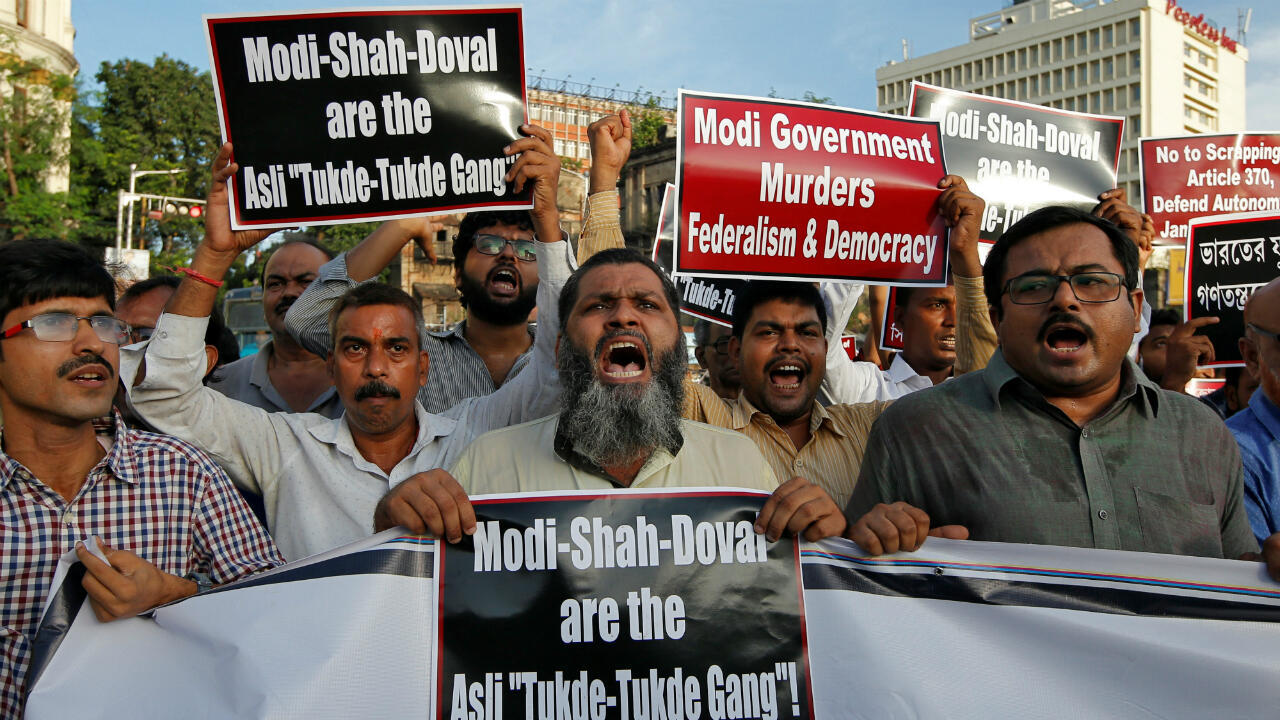 Manifestantes protestan contra la eliminación del estatus especial para la región de Cachemira, en Kolkata, India, el 6 de agosto de 2019.