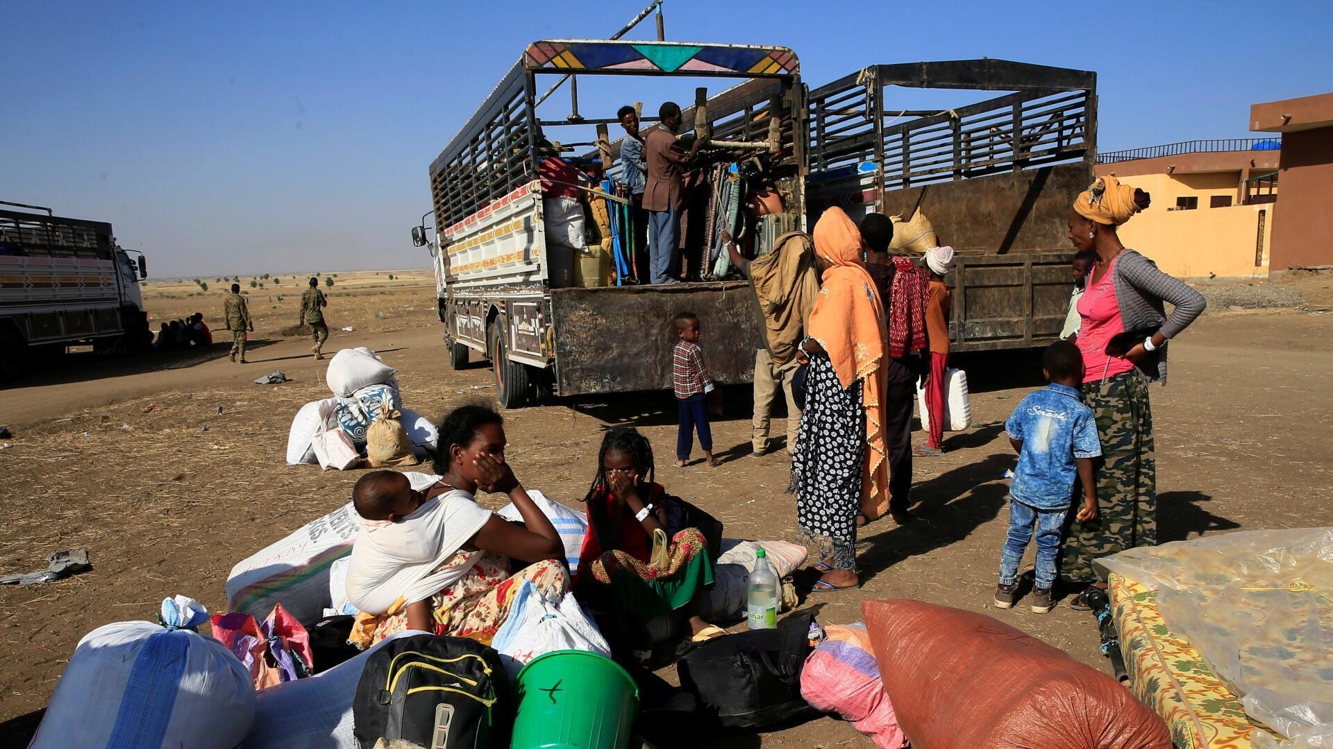 Los etíopes que huyeron de los combates en curso en la región del Tigray se preparan para abordar un camión de cortesía en la aldea de Hamdayet, en la frontera entre Sudán y Etiopía, en el estado oriental de Kassala, Sudán, el 22 de noviembre de 2020.