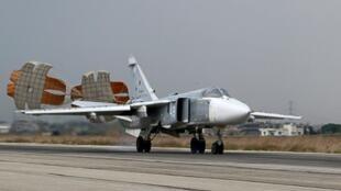 قاذفة روسية من طراز سوخوي-24 تهبط في قاعدة حميميم الجوية الروسية في محافظة اللاذقية السورية