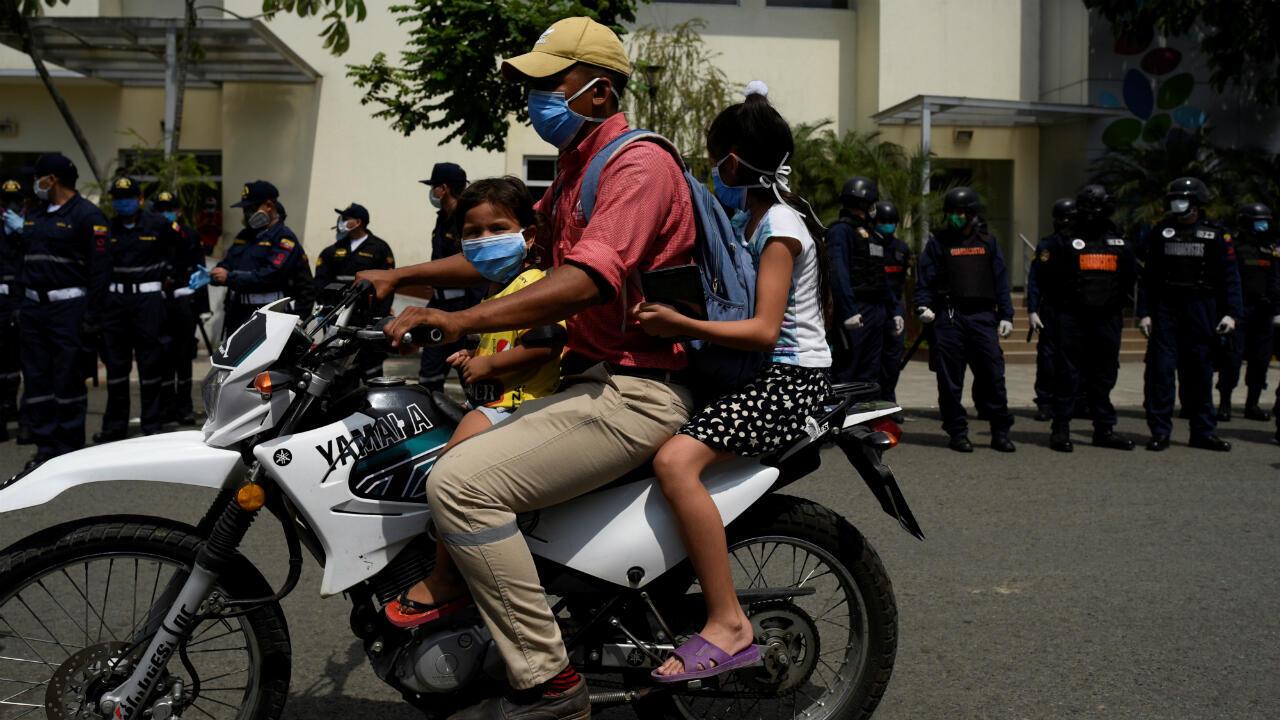 Ciudadanos en motocicleta frente a las fuerzas de seguridad durante el brote por coronavirus en Guayaquil, Ecuador, el 14 de abril de 2020.