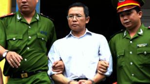 Le blogueur Pham Minh Hoang à la sortie de son procès, le 10 août 2011 à Ho Chi Minh-Ville.