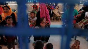 Un grupo de niños rohingya malnutridos esperan ser atendidos en el centro médico de UNICEF en el campo de refugiados de Balukhali, cerca de Cox's Bazar, en Bangladesh, el 4 de diciembre de 2017.