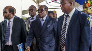 Robert Mugabe, le 17 novembre, arrive à la cérémonie de remise de diplômes dans une université de Harare.