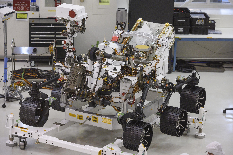 El vehículo explorador Perseverance el 27 de diciembre de 2019, cuansdo aún se llamaba Mars 2020, en la sala de ensamblaje del Jet Propulsion Laboratory de la Nasa, en Pasadena, California