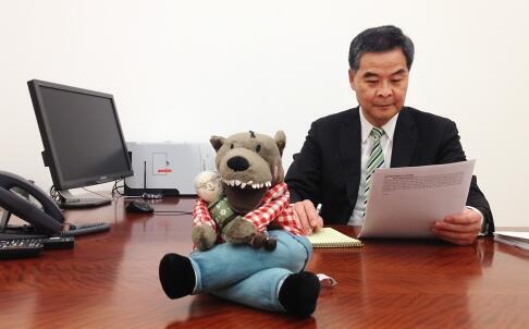 Leung Chun-ying, chef de l'exécutif hong-kongais, pose en compagnie de la peluche.