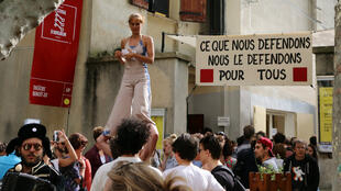 Banderole à message politique dans les rues d'Avignon en 2014.