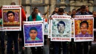 Archivo: Estudiantes muestran los retratos de los 43 desaparecidos de Ayotzinapa durante una marcha realizada en la Ciudad de México el 23 de agosto de 2017.