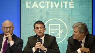 """Michel Sapin (à gauche), Manuel Valls (au centre) et Stéphane Le Foll (à droite) lors d'une conférence de presse sur la loi """"croissance et activité"""" le 10 décembre 2014, à l'Élysée."""