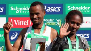 Les deux vainqueurs de la 43eédition du marathon de Paris: l'Éthiopien Abrha Milaw et l'Éthiopienne Gelete Burka.