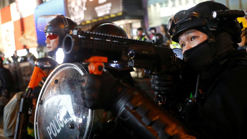 Un policía sostiene una pistola de gas lacrimógeno durante las protestas en Hong Kong este 31 de agosto de 2019