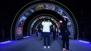 زوار في أستوديو تصوير في مدينة السينما الصينية في تشينغداو التي دشنت في 28 نيسان/أبريل 2018