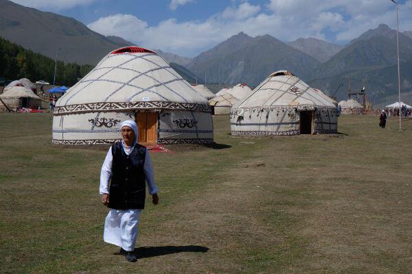 Les yourtes, habitat traditionnel nomade, sont encore utilisées et font partie de l'identité kirghize.