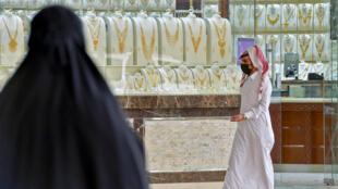 Dos sauditas en el mercado de oro de Tiba en Riad, 30 de abril de 2020