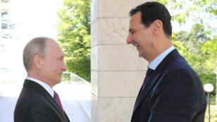 Bachar al-Assad et Vladimir Poutine, photographiés à Sotchi, le 17 mai 2018.