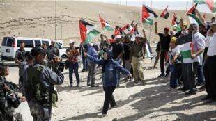 فلسطينيون يحتجون على قرار هدم قرية خان الأحمر