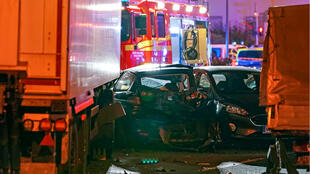 Un camión se encuentra al lado de autos dañados en Limburg, Alemania, el 7 de octubre de 2019, después de que varias personas resultaron heridas cuando un camión robado se estrelló contra los vehículos durante la hora pico. El 7 de octubre de 2019