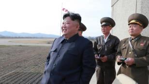 """Kim Jong-un supervisant l'essai d'une nouvelle """"arme tactique guidée"""", le 16 avril 2019."""