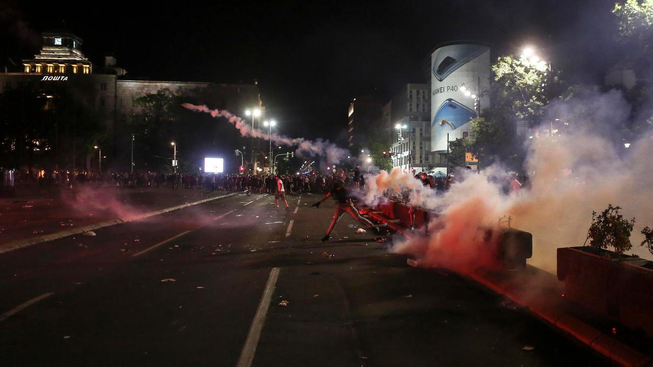 احتجاجات أمام البرلمان الصربي في العاصمة بلغراد في 10 يوليو/تموز 2020.