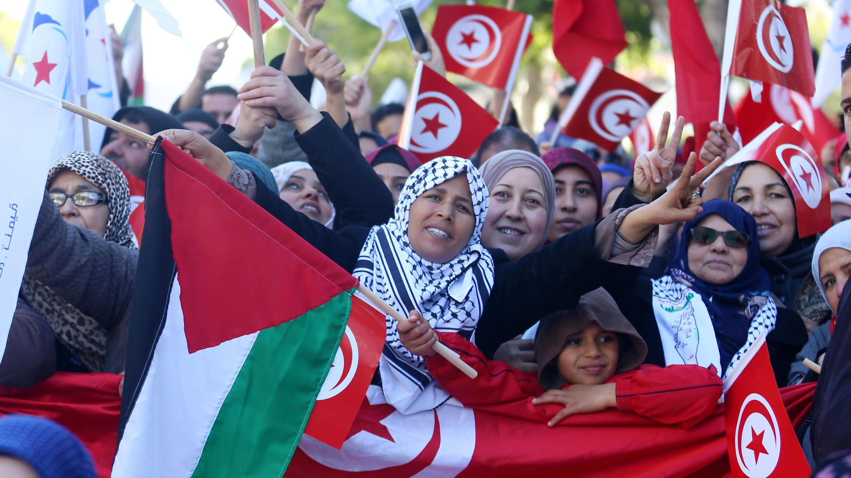 La gente agita banderas nacionales durante las manifestaciones en el séptimo aniversario del derrocamiento del presidente Zin El-Abidine Ben Ali, en Túnez, el 14 de enero de 2018.