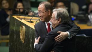 Ban Ki-Moon enlace son successeur, le Portugais Antonio Guterres, le 12 décembre 2016, aux Nations Unies, à New York.