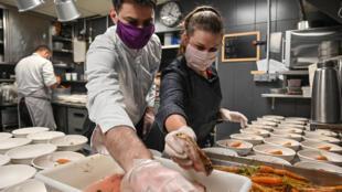 Le chef étoilé Gaëtan Gentil et sa femme Céline préparent des plats à emporter dans la cuisine du restaurant Prairial, le 15 mai 2020 à Lyon