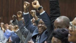 Les membres de la Zanu-PF à l'issue de leur décision d'exclure Mugabe du parti, dimanche 19 novembre.