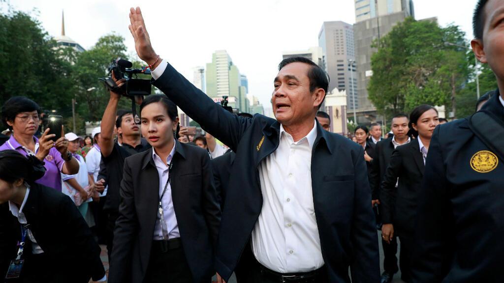 El primier ministro de Tailandia, Prayut Chan-o-cha, saluda a la gente en un parque en Bangkok, Tailandia, el 19 de marzo de 2019.