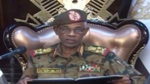 لقطة مأخوذة عن الشاشة لوزير الدفاع السوداني أحمد بن عوف خلال إعلانه الإطاحة بالرئيس عمر البشير في 11 أبريل/نيسان 2019