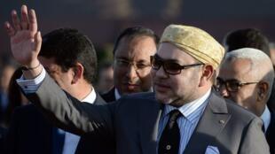 الملك محمد السادس وخلفه رئيس الحكومة عبد الإله بن كيران