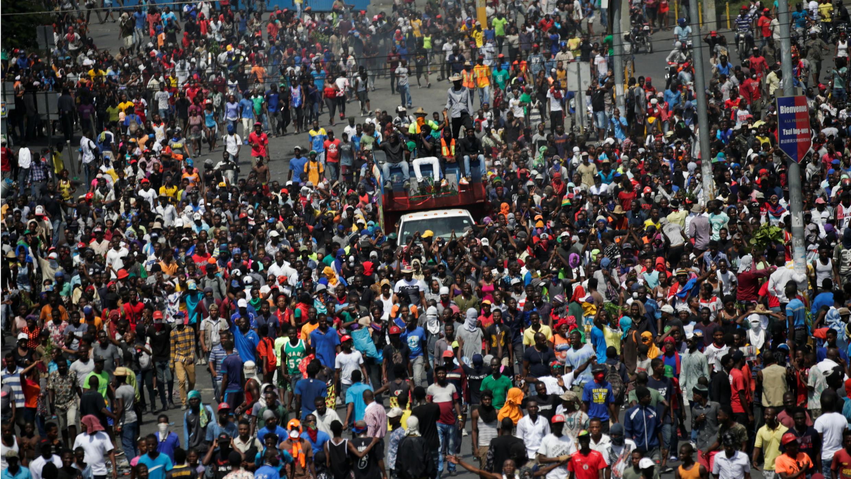 Manifestantes marchan durante una protesta para exigir la renuncia del presidente Jovenel Moïse, en las calles de Puerto Príncipe, Haití, el 11 de octubre de 2019.