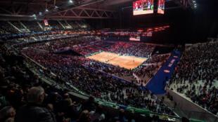Ce stade non permanent peut accueillir 27 000 personnes.