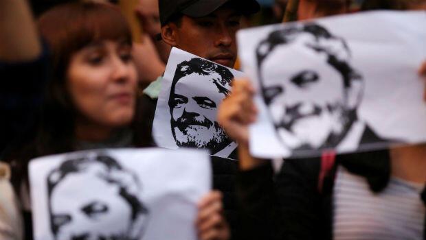 Un grupo de manifestantes con retratos del expresidente brasileño Luiz Inácio Lula da Silva en una manifestación en Buenos Aires, Argentina, el 6 de abril de 2018.
