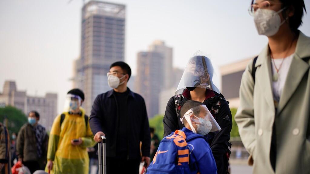 Un grupo de personas espera el tren en Wuhan, epicentro del Covid-19, en donde ya se levantaron las restricciones de viaje. Wuhan, China, 8 de abril de 2020.