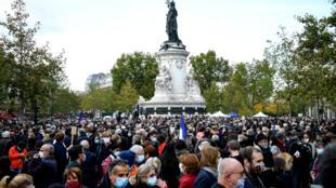 Des milliers de personnes rassemblées, le 18 octobre 2020, place de la République pour rendre hommage à Samuel Paty, le professeur d'histoire décapité dans les Yvelines