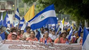 Manifestantes marchan en contra del presidente Daniel Ortega y en apoyo a los obispos, mediadores y testigos en el Diálogo Nacional. 25 de mayo de 2018,