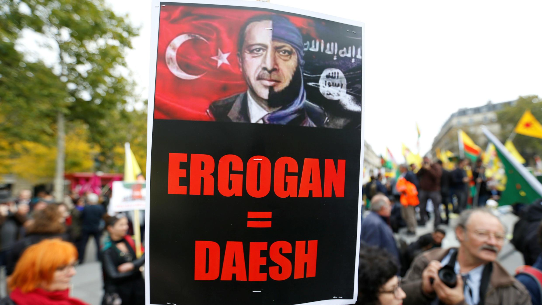 El presidente turco, Recep Tayyip Erdogan, es representado como un líder del autodenominado grupo Estado Islámico durante una manifestación en París, Francia, el 12 de octubre de 2019.